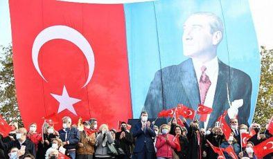Kadıköy'de 29 Ekim Cumhuriyet Meşalesi Yakıldı